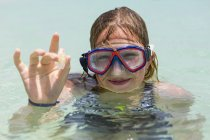 Chicas adolescentes sonrientes usando máscara de snorkel sosteniendo el cristal del mar. - foto de stock