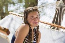 Блондинка-подросток отдыхает в гамаке . — стоковое фото