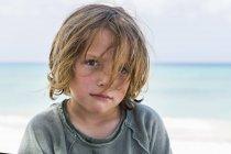 Портрет дошкольника с белокурыми волосами на пляже . — стоковое фото