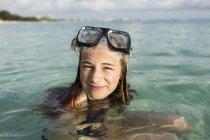 Adolescente usando máscara de snorkel en el agua del océano. - foto de stock