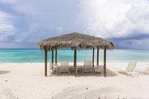 Rifugio solare Cabana sulla spiaggia di sabbia tropicale . — Foto stock
