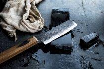 Hochwinkel-Nahaufnahme von handgefertigten Messern auf Schleifstein. — Stockfoto