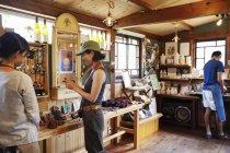 Две японки и мужчина стоят в кожаном магазине . — стоковое фото