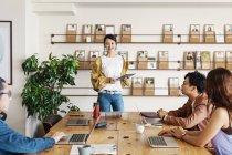 Група японських бізнесменів, які працюють на ноутбуках у співробочому просторі.. — стокове фото