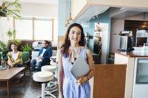 Жінки-професіонали стоять у робочому місці, посміхаючись у фотоапараті.. — стокове фото
