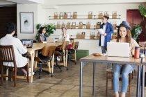 Група японських бізнес-команд працює на ноутбуках у співробочому просторі.. — стокове фото