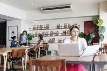 Japanische Geschäftsleute arbeiten an Laptop-Computern in einem Co-Working Space. — Stockfoto