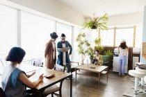 Gruppo di professionisti giapponesi che lavorano su computer portatili in uno spazio di co-working . — Foto stock