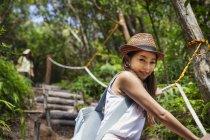 Японская женщина в шляпе в лесу . — стоковое фото