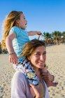 Madre e figlia che giocano sulla spiaggia, Cabo San Lucas, Messico — Foto stock