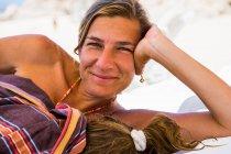 Donna sorridente che riposa con la sua giovane figlia addormentata, Cabo San Lucas, Messico — Foto stock