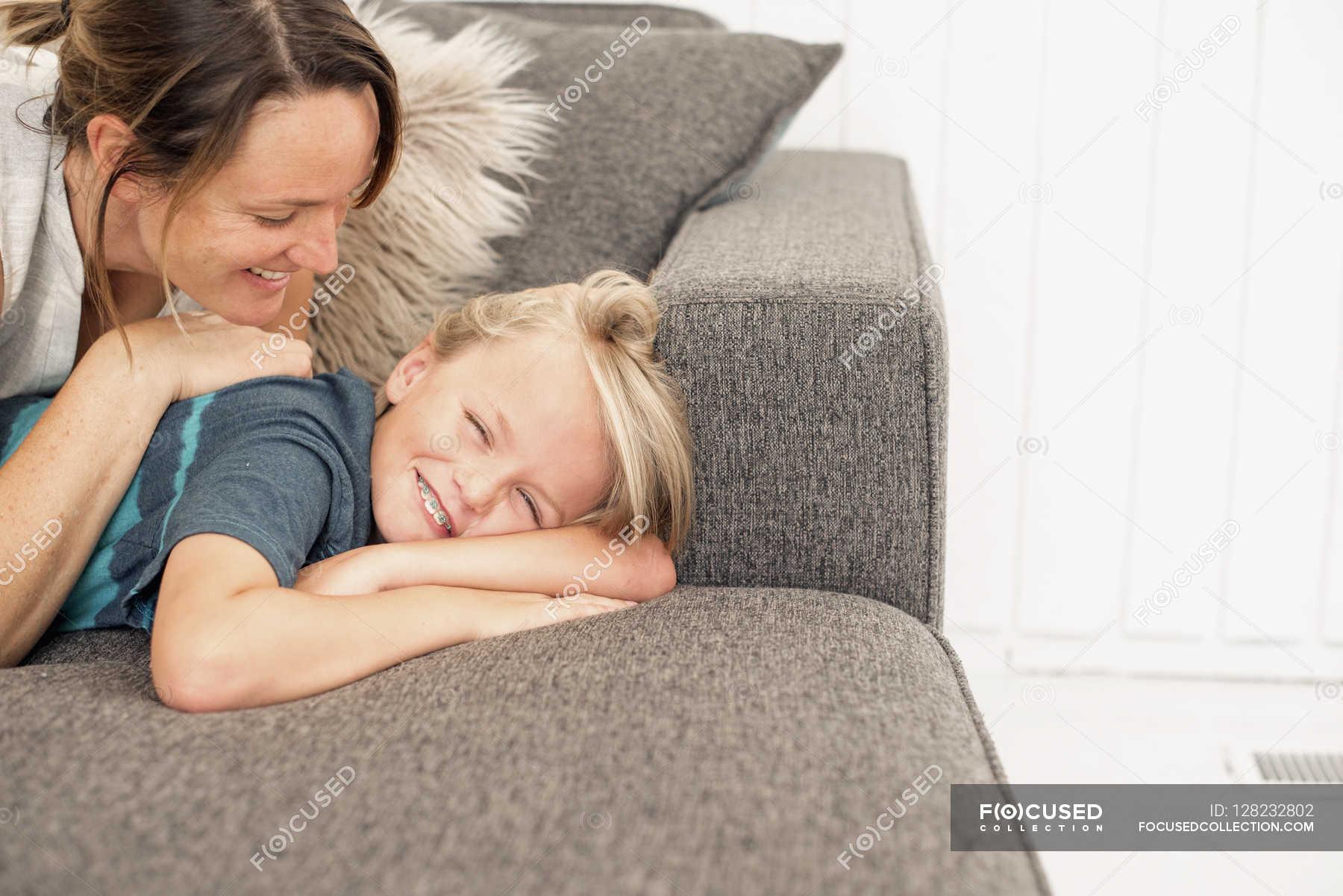 Секс сын трахает мать на диване, Порно русских мамочек, сын трахает маму 13 фотография