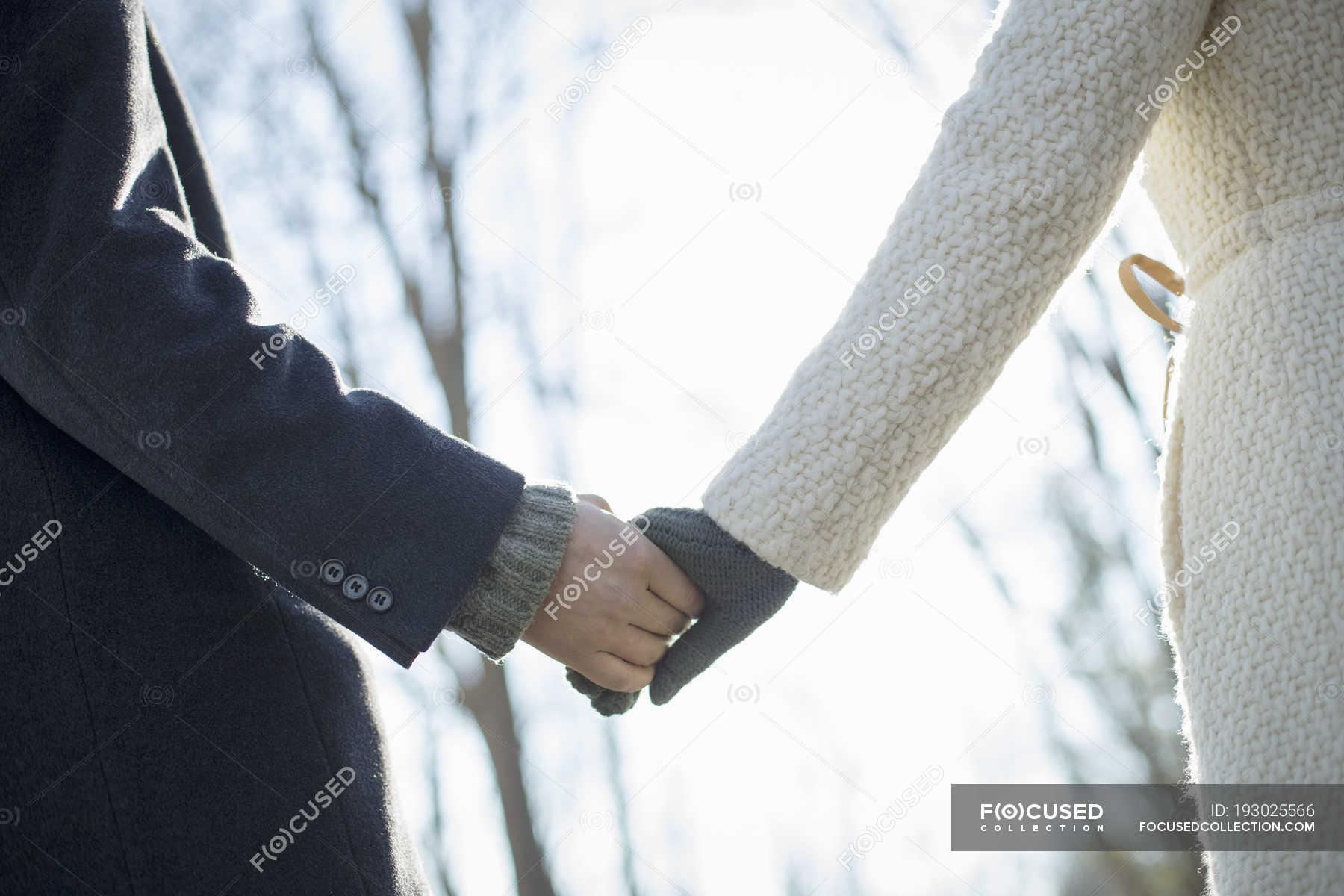 картинки держаться за руки зимой