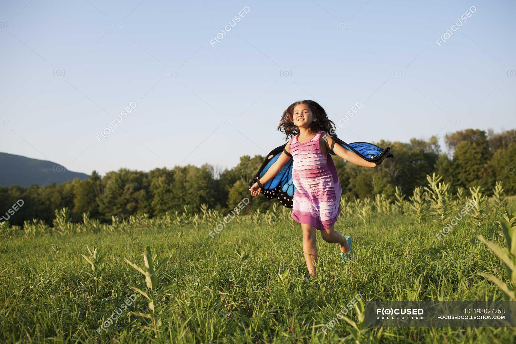 Menina Pre Adolescente Correndo Atraves Do Campo Usando Asas De Borboleta De Tecido Terras Cultivadas Bracos Estendidos Stock Photo 193027268