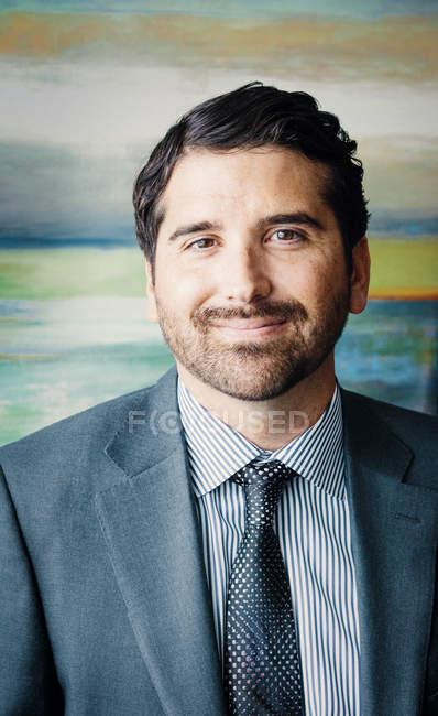 Portrait d'un homme en costume — Photo de stock