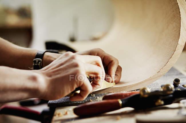 Чоловік працює на шматок вигнутий дерева — стокове фото