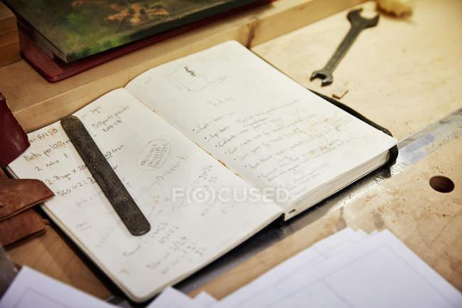 Handschriftliche Notizen in einem Notizbuch — Stockfoto