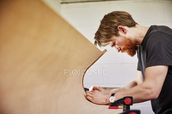 Людина за допомогою інструменту — стокове фото
