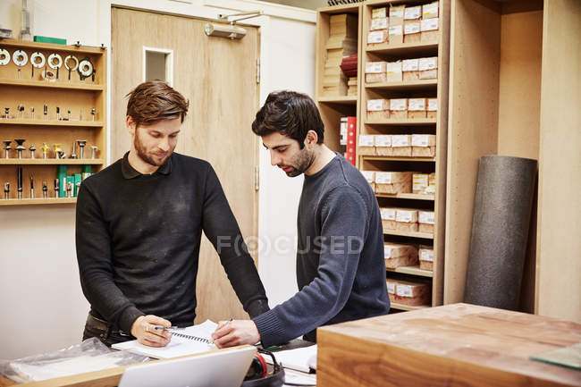 Two people discussing a design — Stock Photo