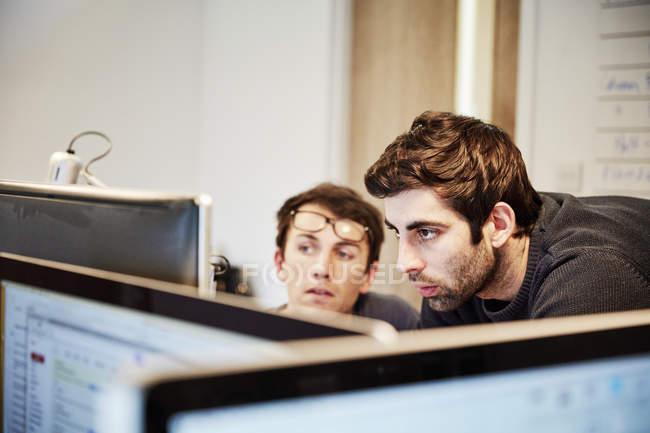 Двоє людей обговорення конструкції — стокове фото