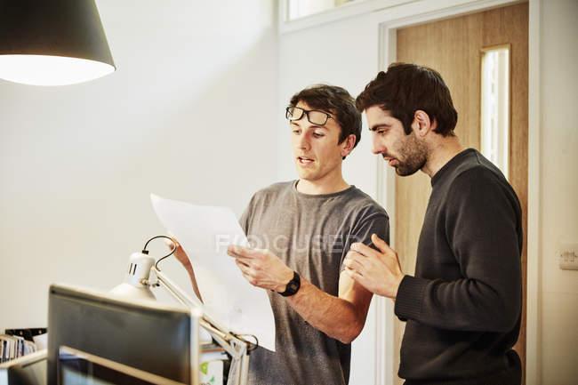 Два человека, обсуждая дизайн — стоковое фото