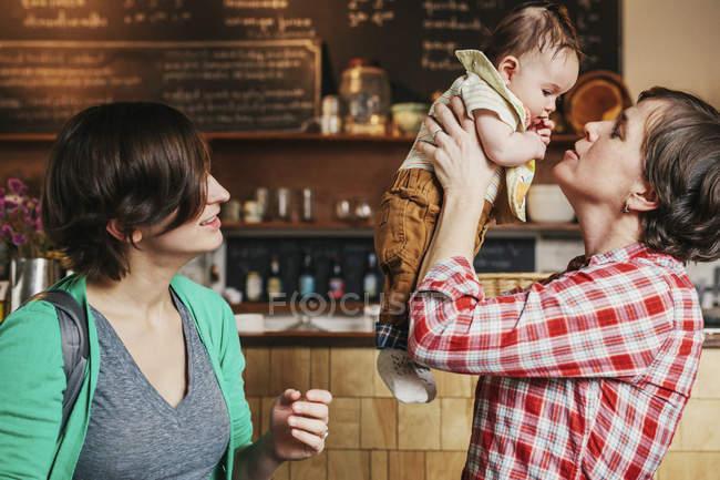 Однополые пары с их 6 месяцев ребенок — стоковое фото