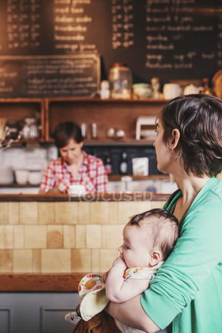 Couple du même sexe avec leur bébé de 6 mois — Photo de stock