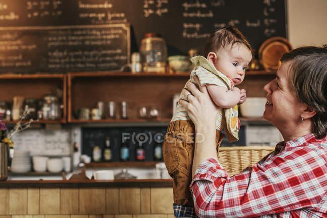 Frau mit einem baby — Stockfoto