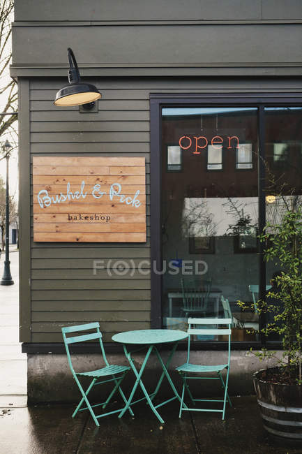 Coffee shop with table and chairs outside — Stock Photo