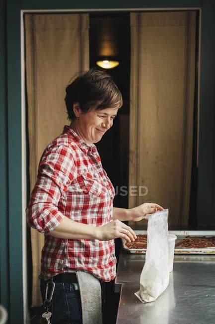 Женщина приготовления блинов — стоковое фото