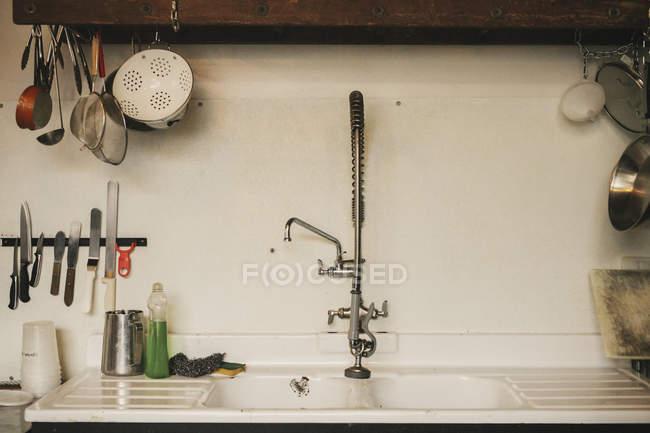 Раковина і кранів — стокове фото