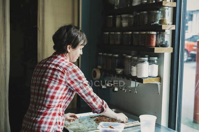 Жінка з лоток приготований бекон — стокове фото