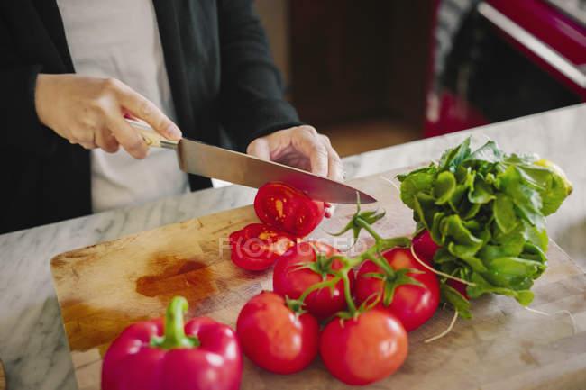 Donna con un coltello affilato — Foto stock