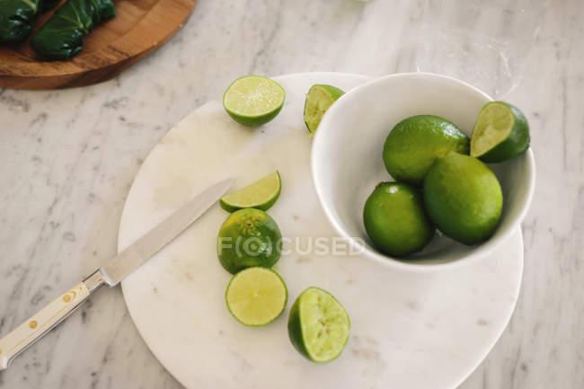 Bol de citrons en tranches — Photo de stock