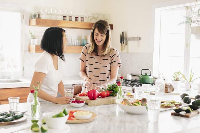 Frauen in der Küche bereitet Mittagessen — Stockfoto