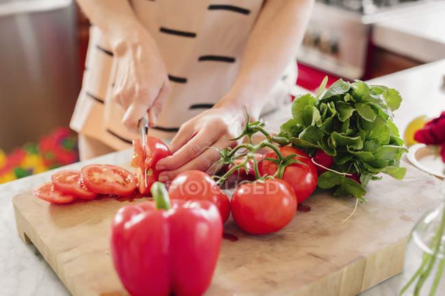 Person an einer Küchentheke Salat vorbereiten — Stockfoto