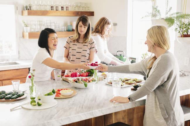 Женщины в кухне готовит обед — стоковое фото