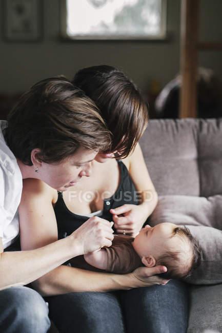 Frauen spielen mit ihren Baby girl — Stockfoto