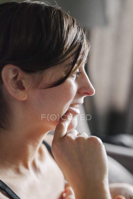 Woman with her hand to her chin — Stock Photo