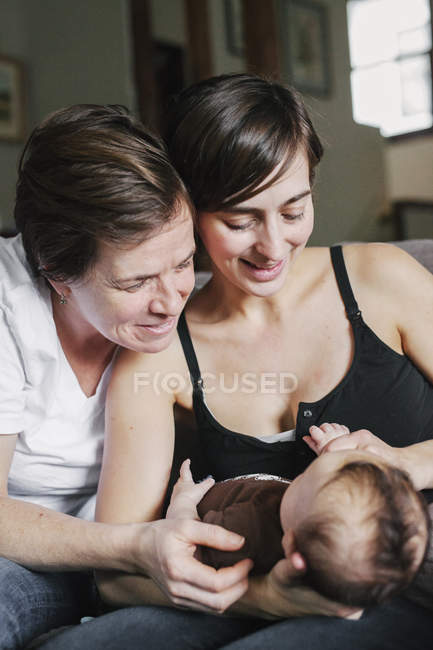 Женщины, играя с их девочку — стоковое фото