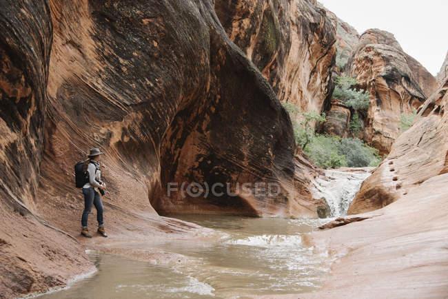 Frau, die durch Fluss — Stockfoto