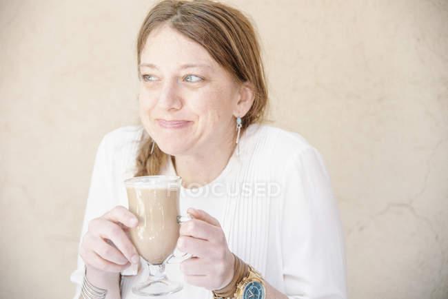 Portrait d'une femme souriante — Photo de stock