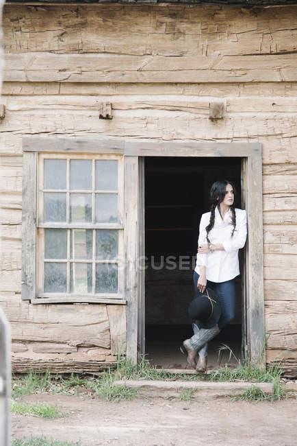 Жінку, що стоїть на порозі дерев'яна кабіна — стокове фото