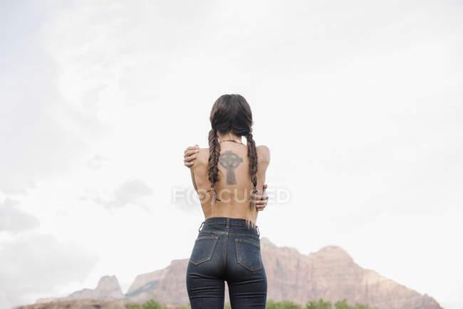 Rückansicht einer topless jungen Frau — Stockfoto