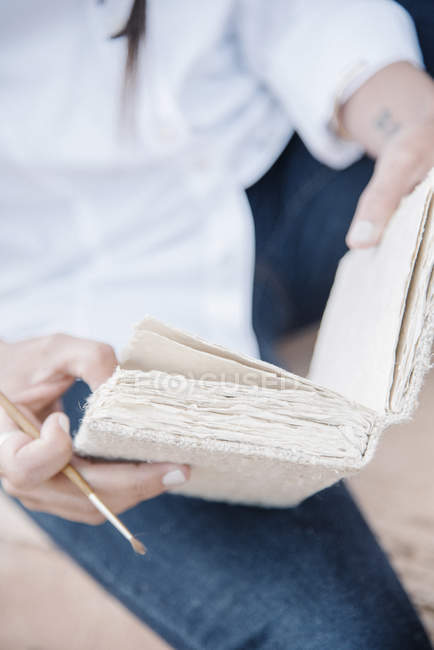Woman holding a sketch book — Stock Photo