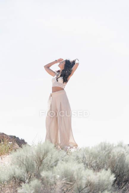 Женщина, стоящая в прерии — стоковое фото