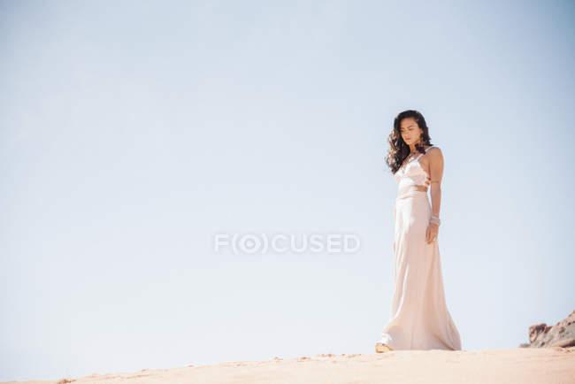 Mulher de pé na pradaria . — Fotografia de Stock