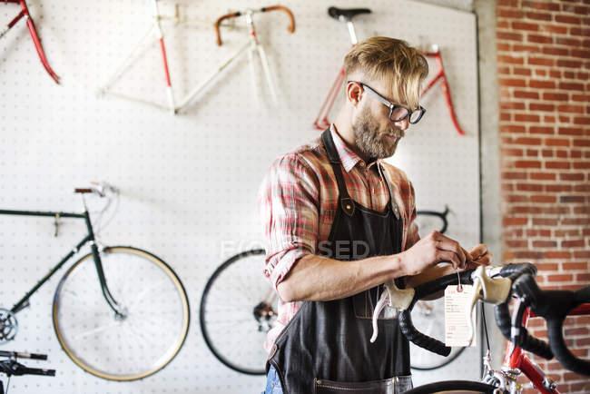 Man repairing bike — Stock Photo