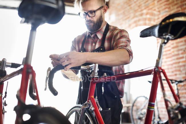 Людина ремонту велосипедів — стокове фото