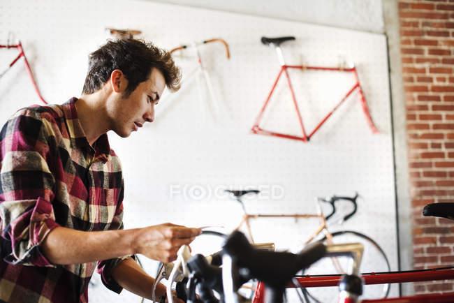 Mann liest das Preisschild — Stockfoto